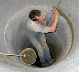 Стыки колец колодца замазывают герметизирующим составом