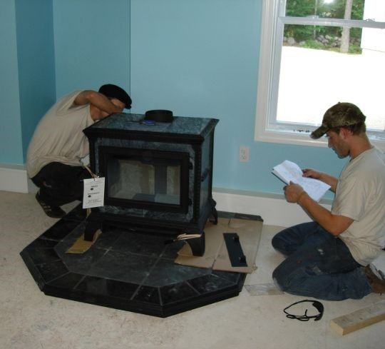 Процесс установки камина на мраморный пол
