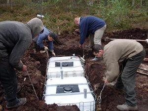 Собранные кубы опускают в яму