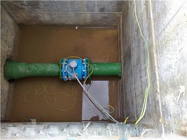 Установленный в колодце водный счетчик