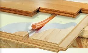 Труба пола и деревянное основание